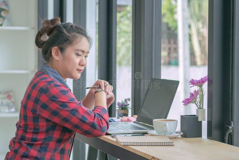 Fermez-vous vers le haut des hommes d'affaires travaillant à un café photos libres de droits