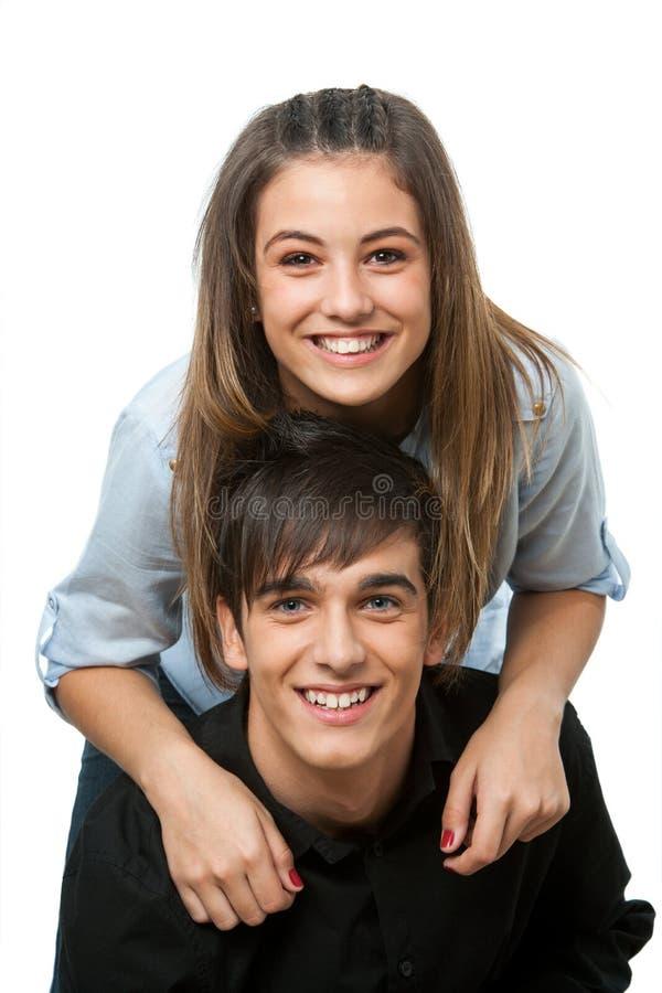 Fermez-vous vers le haut des jeunes couples heureux d'isolement. images stock
