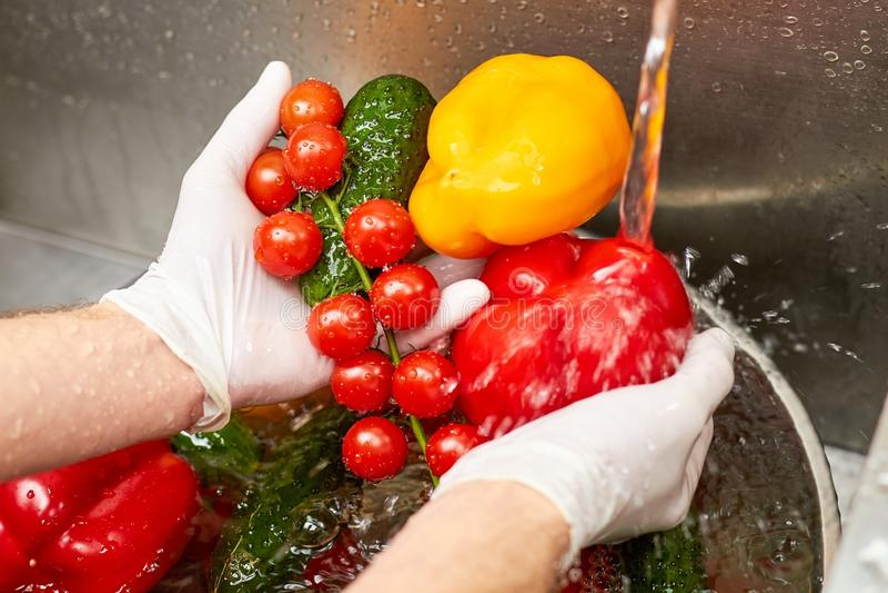 Fermez-vous vers le haut des légumes de lavage sous l'eau du robinet courante image libre de droits