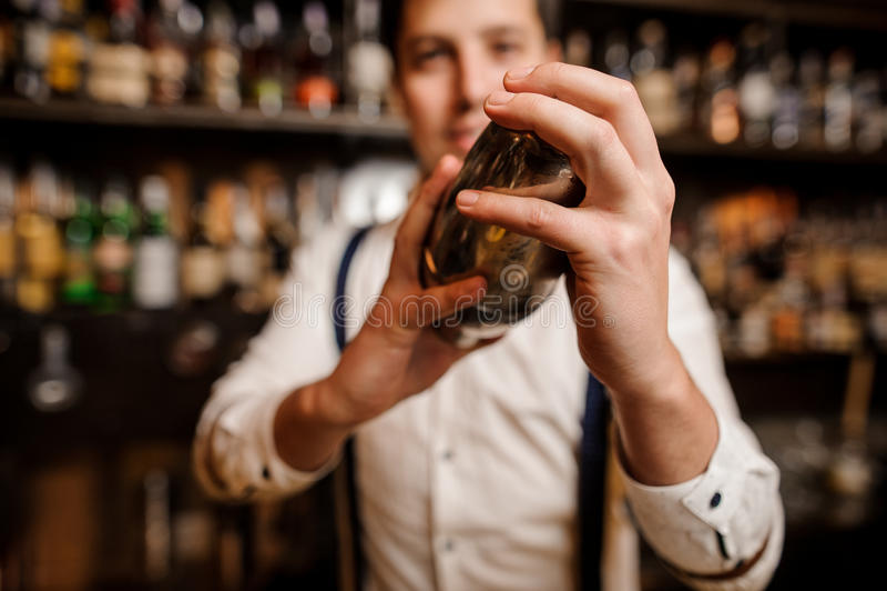 Fermez-vous vers le haut des mains de barmans photo libre de droits