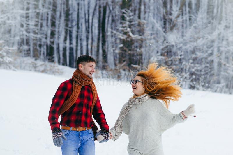 Fermez-vous vers le haut des mains se tenantes de sourire riantes heureuses de beaux couples affectueux demi-longueur de portrait photographie stock libre de droits