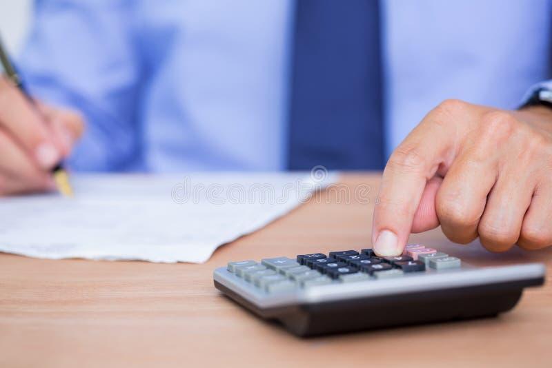 Download Fermez-vous Vers Le Haut Des Mains Utilisant La Calculatrice Image stock - Image du indoors, adulte: 56483433