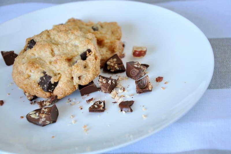 Fermez-vous vers le haut des morceaux de chocolat et de biscuit image stock