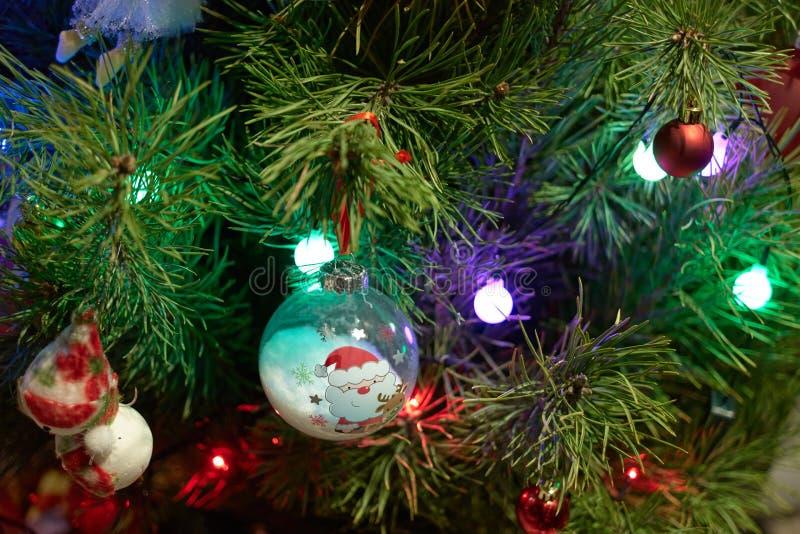 Fermez-vous vers le haut des ornements de Noël sur le pin photographie stock libre de droits