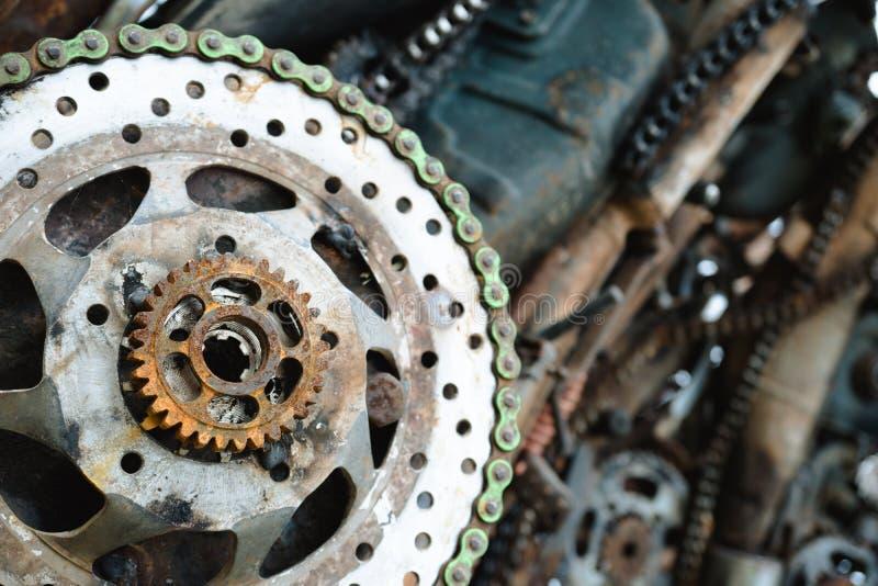 Fermez-vous vers le haut des parties en acier rouillées dans l'entrepôt de ferraille photographie stock