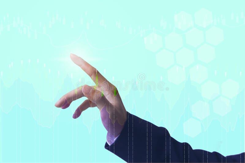 Fermez-vous vers le haut des personnes de main avec venir financier de symboles, photos stock