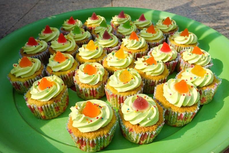 Fermez-vous vers le haut des petits gâteaux colorés photos stock