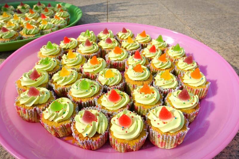 Fermez-vous vers le haut des petits gâteaux colorés images stock
