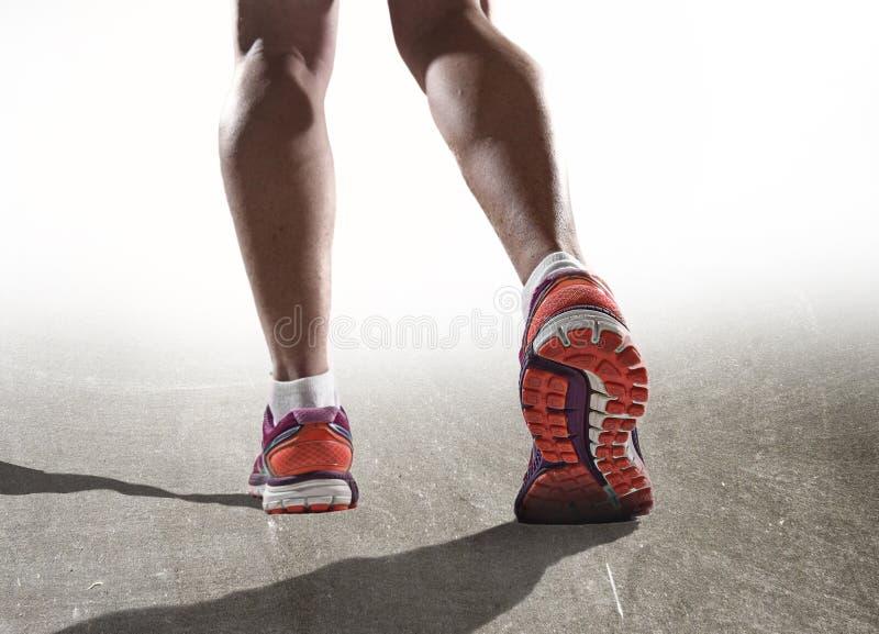 Fermez-vous vers le haut des pieds avec les chaussures de course et les jambes sportives fortes femelles de pulser de femme de sp photographie stock libre de droits