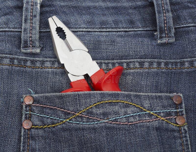 Fermez-vous vers le haut des pinces dans des jeans photographie stock