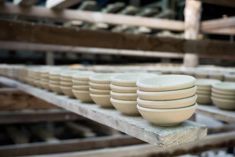 Fermez-vous vers le haut des produits en céramique de poterie d'argile secs sur l'étagère images stock