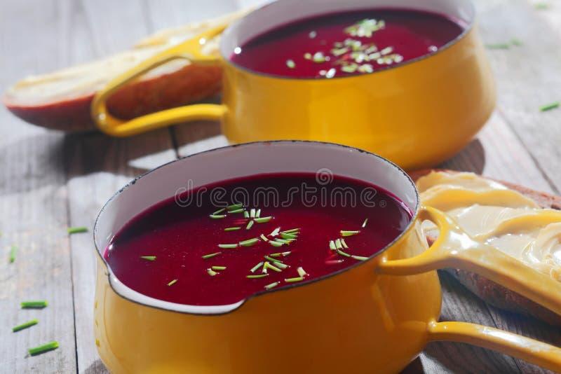 Fermez-vous vers le haut des soupes à la betterave savoureuses sur la cuvette jaune images libres de droits
