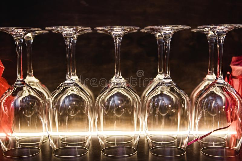 Fermez-vous vers le haut des verres vides dans la lumière naturelle de restaurant photographie stock libre de droits