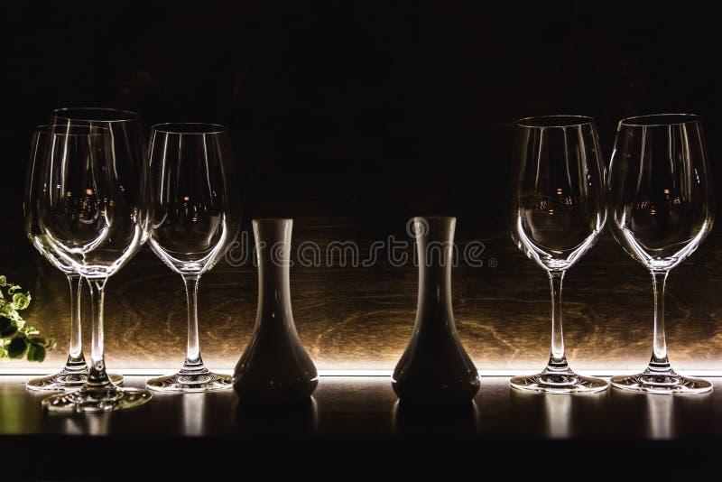Fermez-vous vers le haut des verres vides dans la lumière naturelle de restaurant image stock