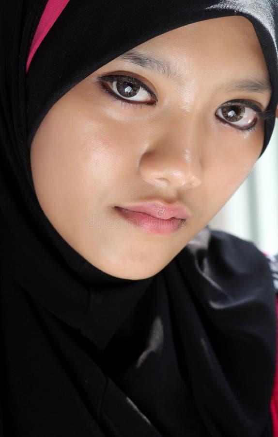 Fermez-vous vers le haut des verticales de la belle fille musulmane triste image stock