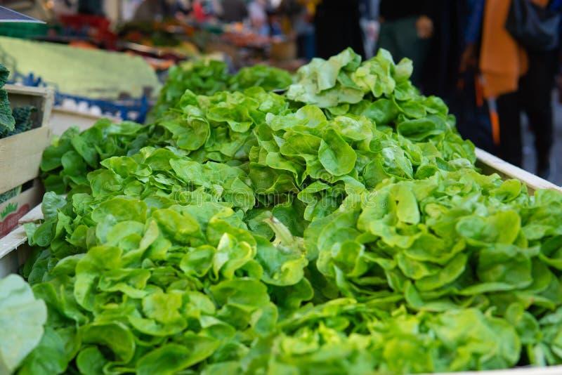 Fermez-vous vers le haut des verts au détail du marché d'agriculteurs images stock