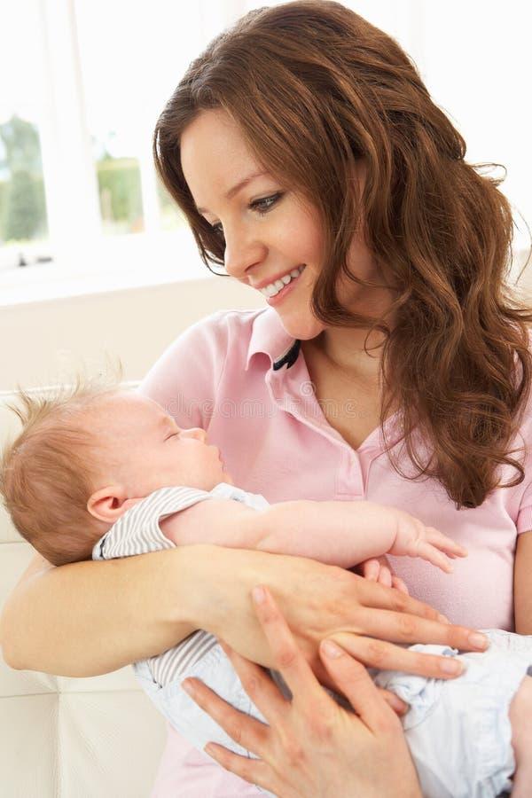 Fermez-vous vers le haut du bébé de caresse de mère affectueuse images libres de droits