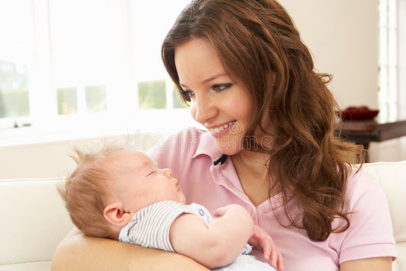 Fermez-vous vers le haut du bébé de caresse de mère affectueuse image libre de droits