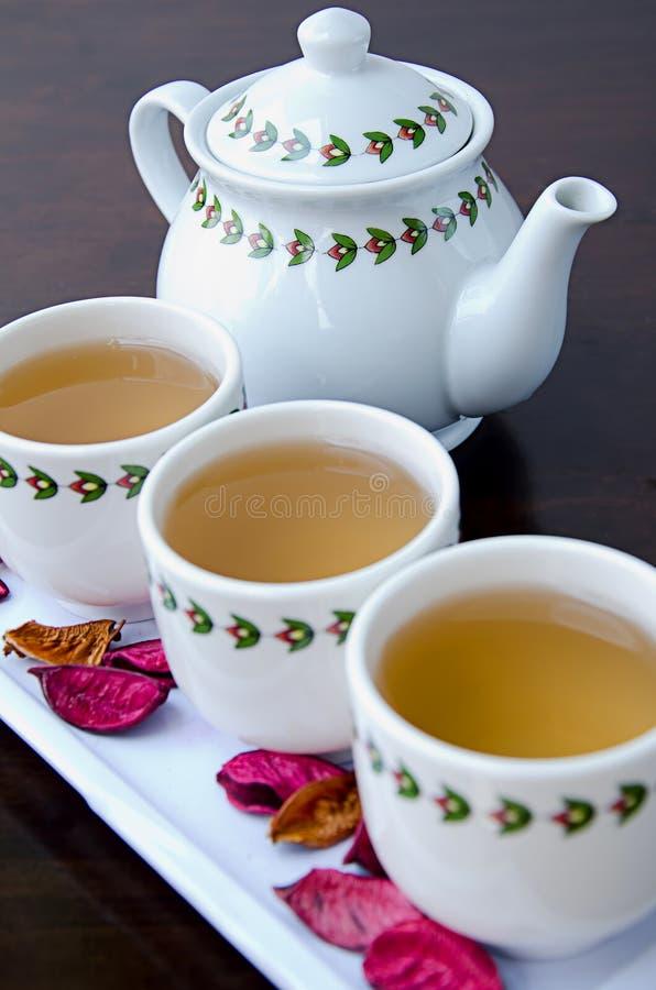 Fermez-vous vers le haut du bac de thé images stock
