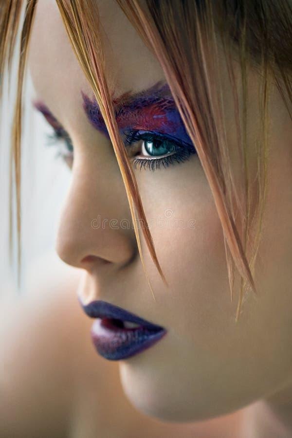 Fermez-vous vers le haut du beau modèle avec le maquillage créatif photo libre de droits