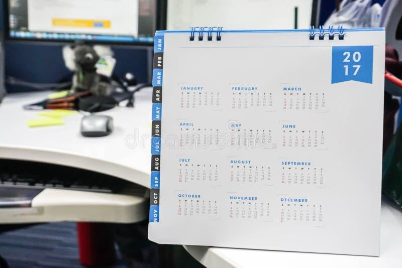 Fermez-vous vers le haut du calendrier 2017 sur le bureau image stock