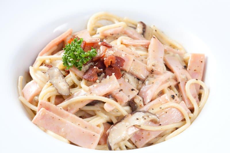 Fermez-vous vers le haut du carbonara de spaghetti qui a des champignons, jambon photos stock