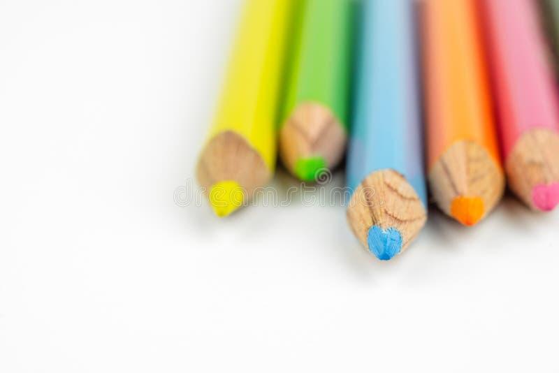Fermez-vous vers le haut du centre sélectif du crayon coloré de couleur empilé sur le whi image libre de droits