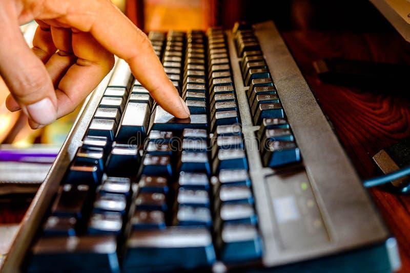 Fermez-vous vers le haut du clavier de bouton de contact de doigt photo stock