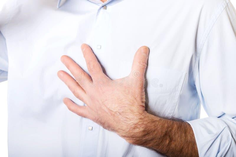 Fermez-vous vers le haut du coffre douloureux masculin mûr image stock