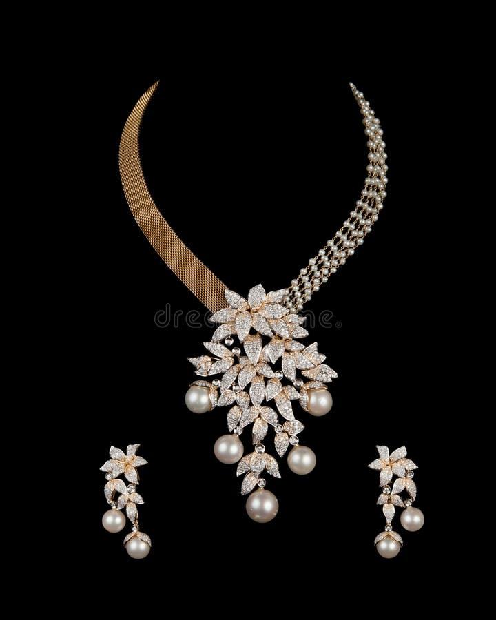 Fermez-vous vers le haut du collier de diamant avec la boucle d'oreille de diamant photographie stock