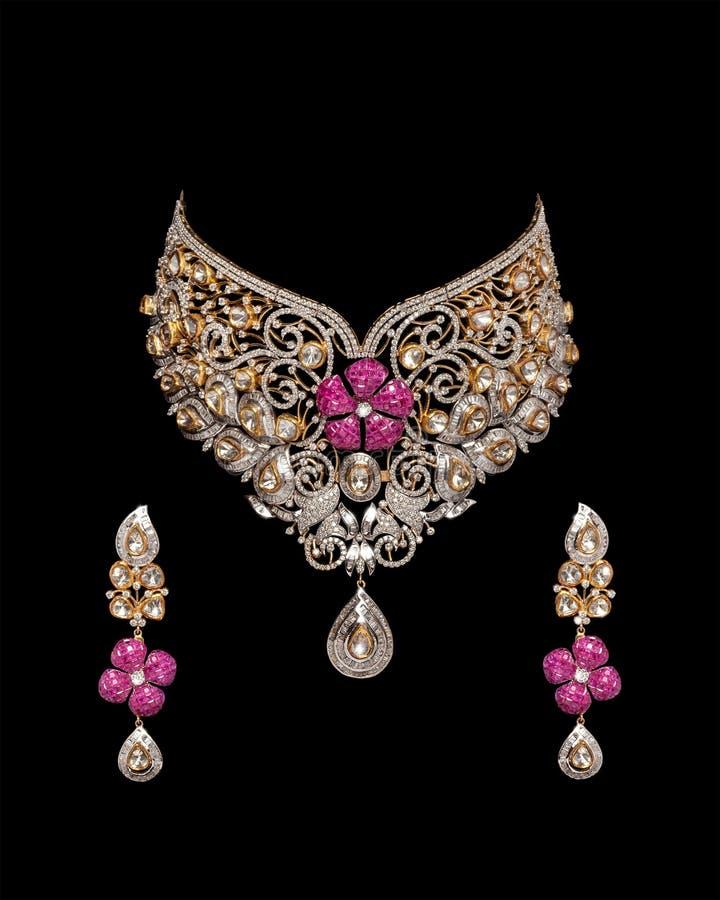 Fermez-vous vers le haut du collier de diamant avec la boucle d'oreille de diamant images stock
