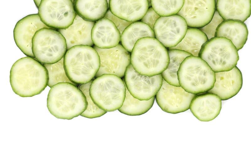 Fermez-vous vers le haut du concombre coupé en tranches par vert frais photos stock