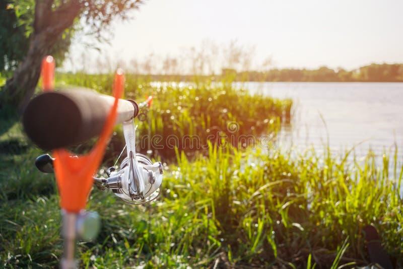 Fermez-vous vers le haut du conducteur et de la bobine de canne à pêche montés sur les supports sur t photographie stock