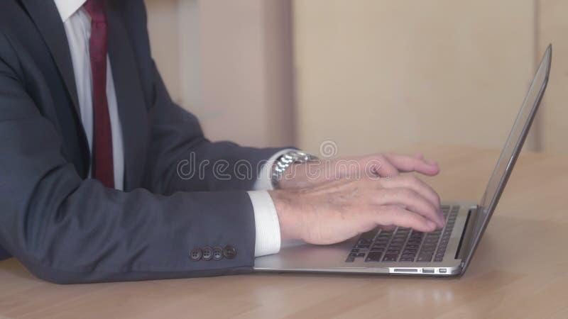 Fermez-vous vers le haut du corps de directeur travaillant avec le PC image stock