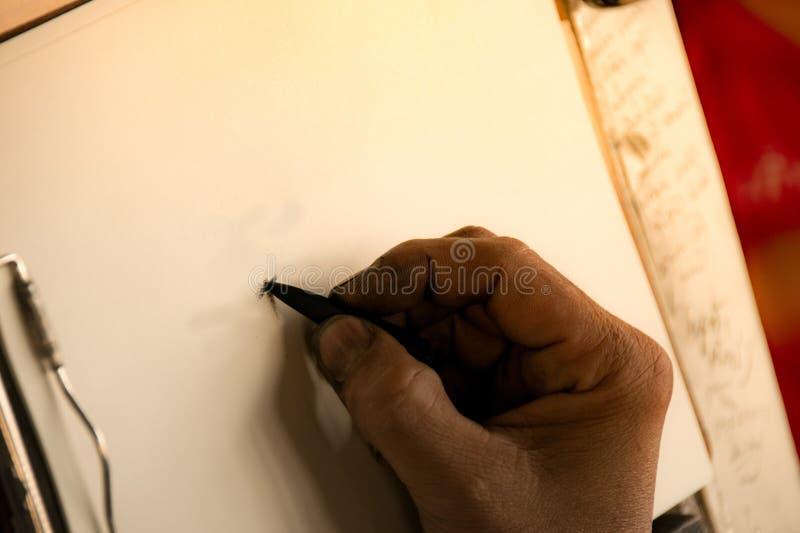 Fermez-vous vers le haut du crayon et du croquis de prise de main sur l'illustration de papier images stock