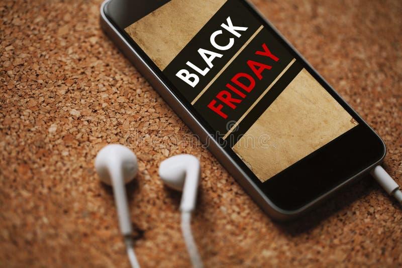 Fermez-vous vers le haut du détail du téléphone portable avec le label de Black Friday dans l'écran photographie stock