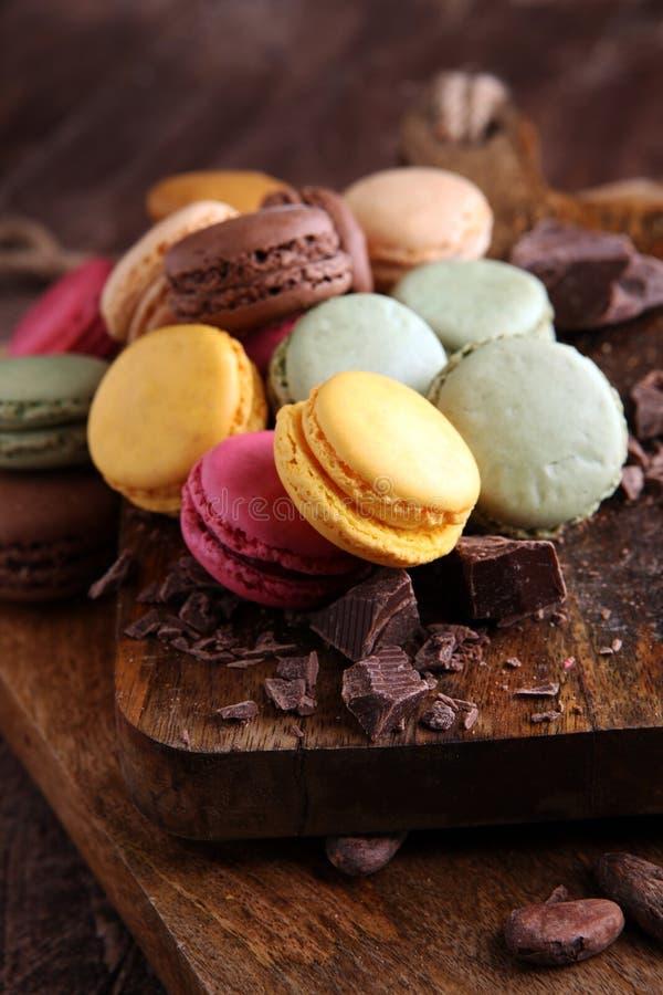 Fermez-vous vers le haut du dessert coloré de macarons avec des tons de pastel de vintage images libres de droits