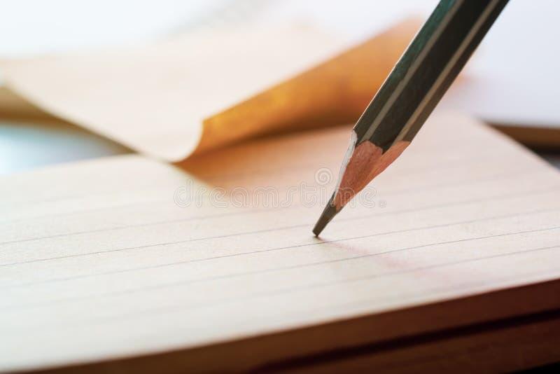 Fermez-vous vers le haut du dessin au crayon sur le papier de note photos libres de droits