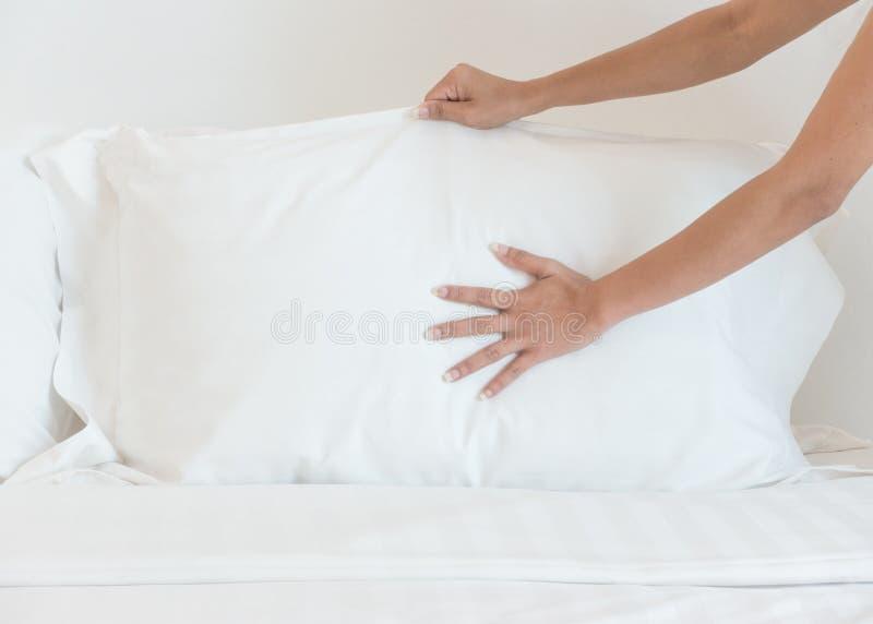 Fermez-vous vers le haut du drap blanc installé par main dans la chambre d'hôtel, foyer sélectif photos stock