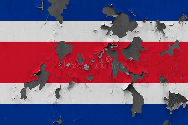 Fermez-vous vers le haut du drapeau sale, endommagé et superficiel par les agents de Costa Rica sur le mur épluchant outre de la  image stock