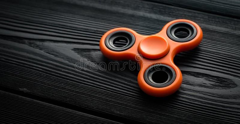 fermez-vous vers le haut du fileur orange sur un fond noir photos libres de droits