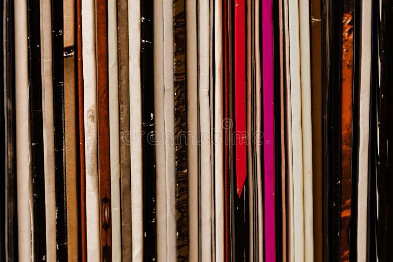 Fermez-vous vers le haut du fond coloré de vinyle de disques debout de LP image libre de droits