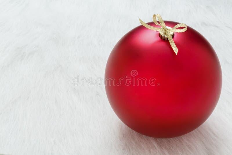 Fermez-vous vers le haut du fond d'un grand ornement rouge parfait de Noël sur le fond blanc horizontal avec l'espace vide vide d photographie stock libre de droits