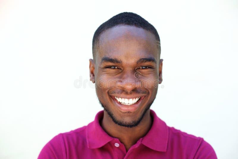 Fermez-vous vers le haut du jeune homme de sourire d'afro-américain photo stock