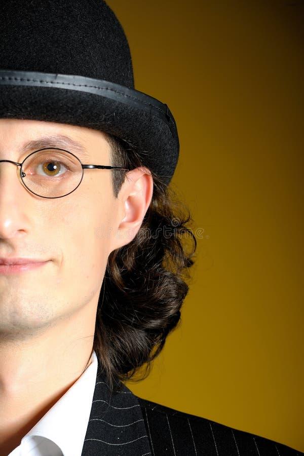 Fermez-vous vers le haut du jeune monsieur anglais dans le chapeau de chapeau melon image libre de droits