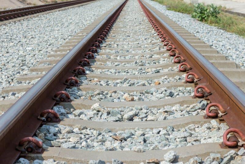 Fermez-vous vers le haut du joint de rail, ancre de rail avec la ligne de perspective des voies ferr?es Transport de s?curit? ?vi images stock