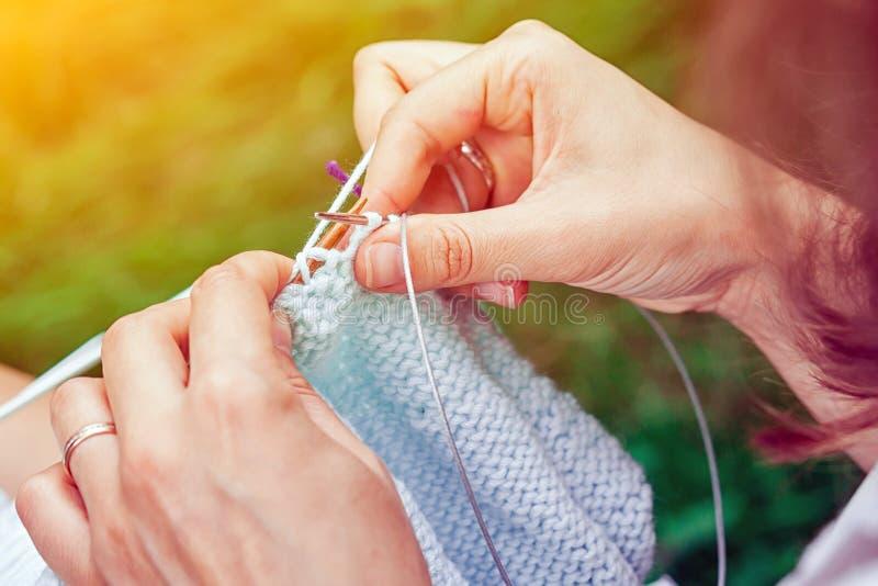 Fermez-vous vers le haut du knit de jeune femme images stock