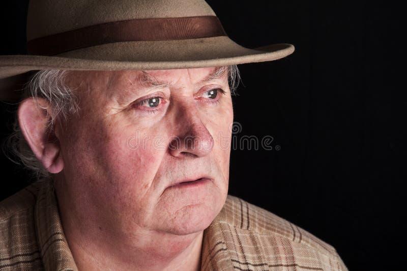 Fermez-vous vers le haut du mâle aîné utilisant un chapeau image stock