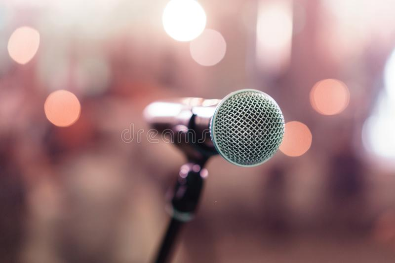Fermez-vous vers le haut du microphone sur l'étape dans le restaurant de salle de concert ou la salle de conférence Fond brouillé photographie stock
