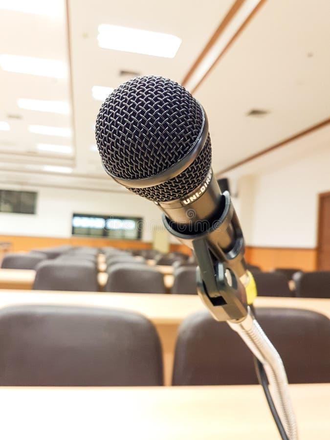 Fermez-vous vers le haut du microphone sur la salle de conférences de fond image stock